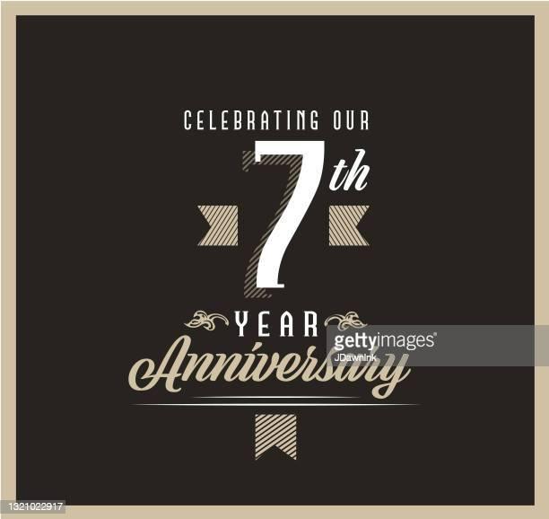 黒の背景にレトロとヴィンテージ7周年記念ラベルのデザイン - 結婚記念日のカード点のイラスト素材/クリップアート素材/マンガ素材/アイコン素材