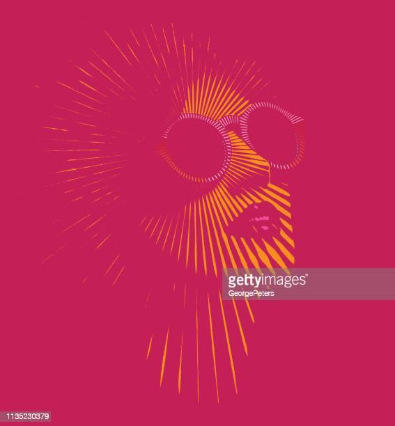 ilustraciones, imágenes clip art, dibujos animados e iconos de stock de cara de mujer retro con rayos solares vectoriales - igualdad de genero