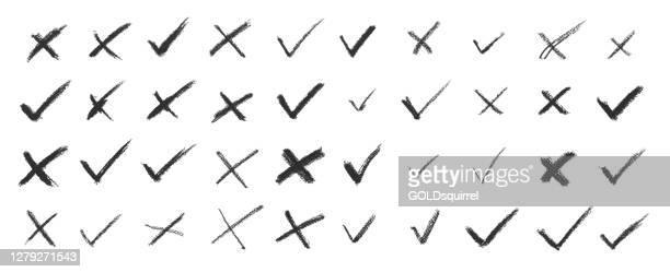satz von strichen in kreuz x / keine knopfform und überprüfen / ok markieren symbol im vektor - original moderne schmutzige ungleichmäßige unvollendete spontane handgezeichnete kunst mit unebenen linien von holzkohle isoliert auf weißem hintergrund -  - wahlmöglichkeit stock-grafiken, -clipart, -cartoons und -symbole