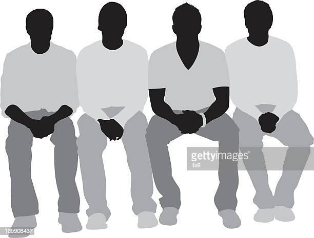 Silhouette der Freunde sitzen in einer Reihe
