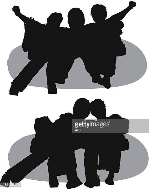 Silhouette von Menschen entspannen Sie sich auf dem Sitzsack
