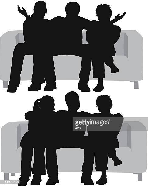 Silhouetten von einem Mann sitzt zwischen Frauen