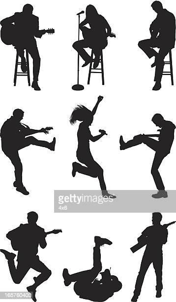 Silhouetten von Menschen spielen Gitarren und Schaukeln out