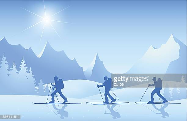 Skifahrer auf tour in die Berge im Sonnenschein