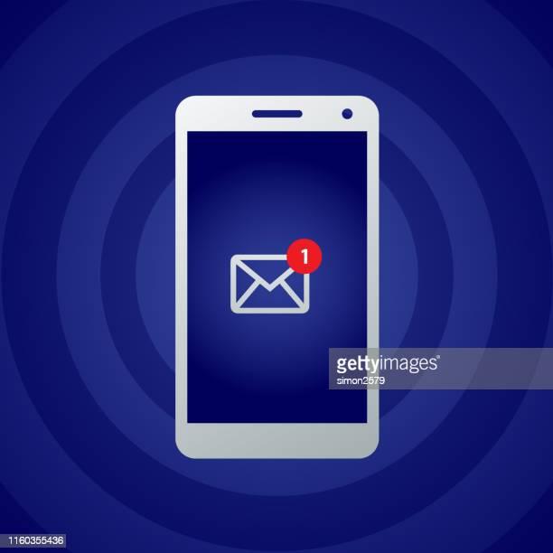 stockillustraties, clipart, cartoons en iconen met smartphone met 5g en nieuwe e-mail bericht notificatie icoon op het scherm - e mail