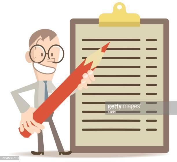 Lächelnde Business-Mann stehend mit einem Klemmbrett und einem roten Bleistift (Checkliste; to do-Liste)