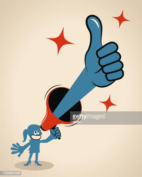 stockillustraties, clipart, cartoons en iconen met glimlachende onderneemster die een megafoon met een duim omhoog gebaar houdt - goed nieuws
