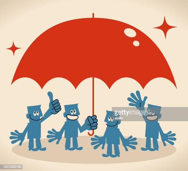 Lächelnde Gruppe von Geschäftsleuten mit einen großen Regenschirm