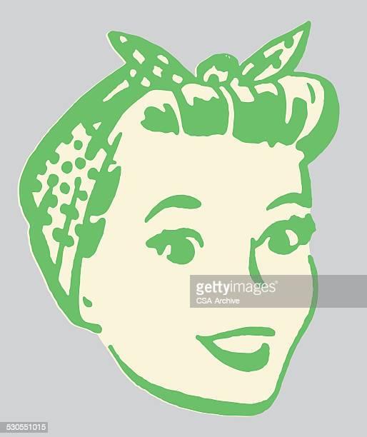 Femme souriante avec foulard