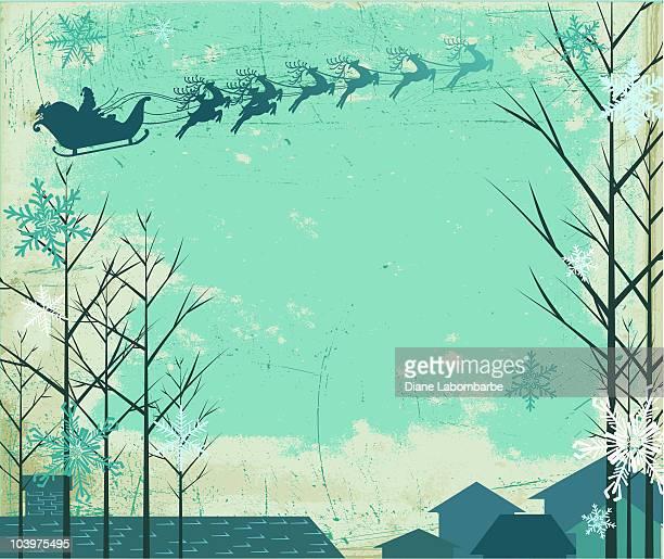 Nuit enneigée avec le Père Noël et renne volant de bateau sur les toits