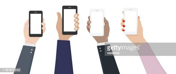 ソーシャルネットワーク - 異なるソーシャルプラットフォームを使用してソーシャルメディアの女性と男性で対話する友人。ソーシャルネットワークアプリのアイコンでスマートフォンを保� - ミレニアル世代点のイラスト素材/クリップアート素材/マンガ素材/アイコン素材