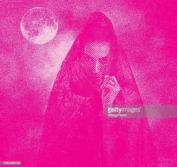 月と劇的な空の不気味な女性