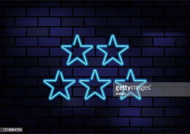 暗いレンガの壁に星形青ネオンライト - ファーストクラス点のイラスト素材/クリップアート素材/マンガ素材/アイコン素材