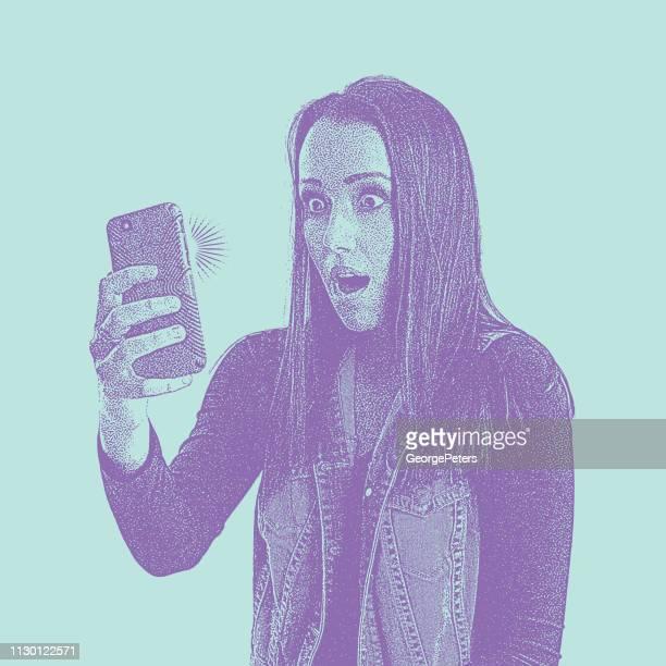 ilustraciones, imágenes clip art, dibujos animados e iconos de stock de estresado de joven en el teléfono con expresión facial de shock - selfie