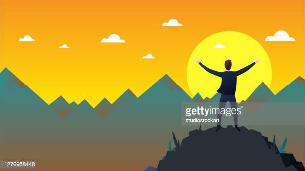 erfolgreicher geschäftsmann blickt auf den berg - umschulung stock-grafiken, -clipart, -cartoons und -symbole