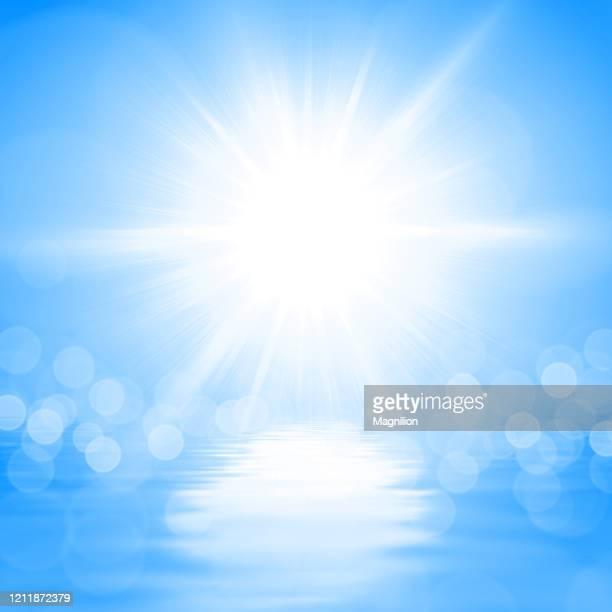 illustrations, cliparts, dessins animés et icônes de soleil d'été au-dessus de l'eau bleue - ciel sans nuage