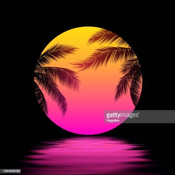 illustrations, cliparts, dessins animés et icônes de coucher du soleil avec des palmiers, soleil rose jaune au-dessus de l'eau. synthwave retrowave art - paradisiaque