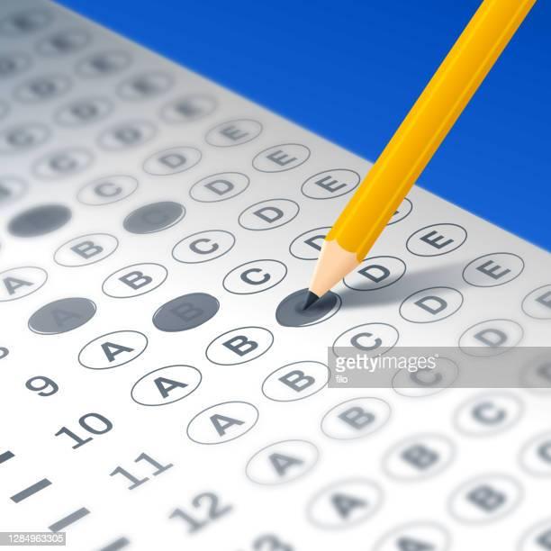 durchführen eines tests oder ausfüllen eines formulars - schulische prüfung stock-grafiken, -clipart, -cartoons und -symbole