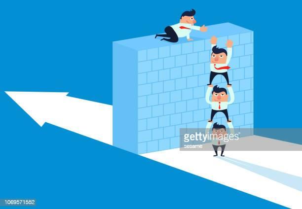 ilustraciones, imágenes clip art, dibujos animados e iconos de stock de trabajo en equipo dio vuelta sobre el alto muro - agilidad