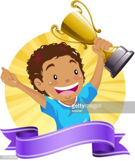 Garoto adolescente segurando um troféu de ouro com banner