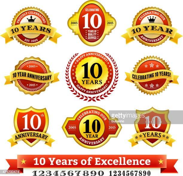 zehnjähriges jubiläum lizenzfreie vektor hintergrund mit goldenen abzeichen - 10 11 jahre stock-grafiken, -clipart, -cartoons und -symbole