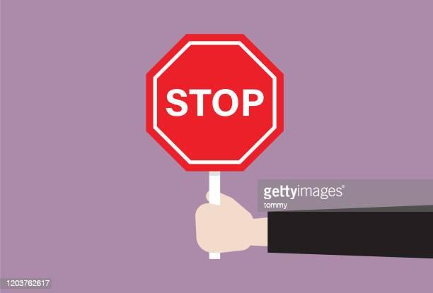 人間の手は停止標識を持っている - 一時停止の標識点のイラスト素材/クリップアート素材/マンガ素材/アイコン素材