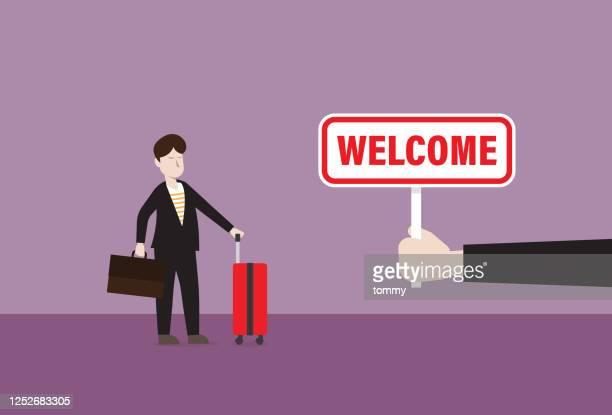 役員は観光客に歓迎のサインを示しています - 乗り物に乗って点のイラスト素材/クリップアート素材/マンガ素材/アイコン素材