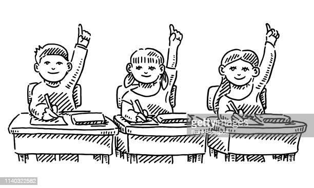 Drei Schülerinnen und Schüler heben ihre Hände in der Ausbildung im Klassenzimmer auf