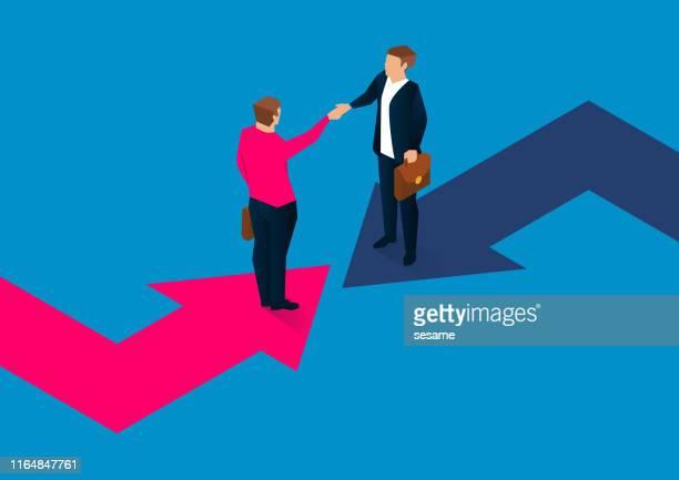 ilustraciones, imágenes clip art, dibujos animados e iconos de stock de dos hombres de negocios estrechando la mano en una flecha giratoria - estrechar las manos