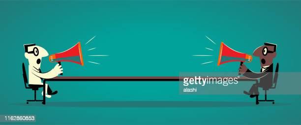 illustrations, cliparts, dessins animés et icônes de deux hommes d'affaires s'asseyant à la longue table de conférence et discutant avec le mégaphone - conflit