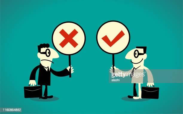zwei geschäftsleute mit rechtem und falschem zeichen (wahr-falsche frage; ja-nein frage) - antworten stock-grafiken, -clipart, -cartoons und -symbole