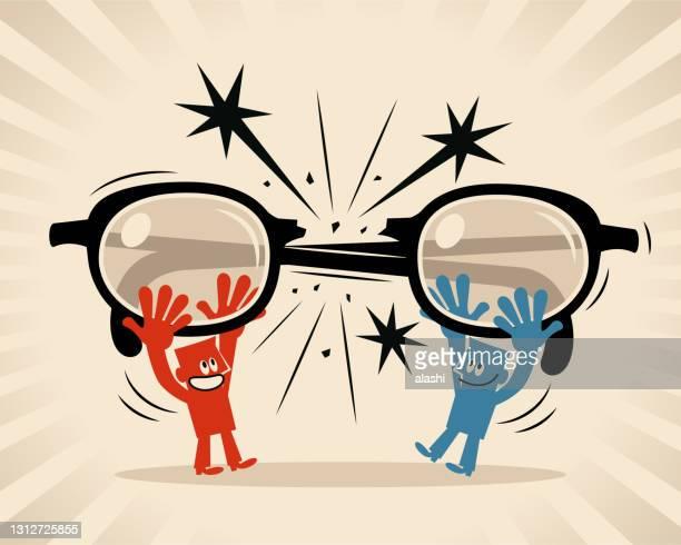二人の男性が眼鏡を割り、大きな眼鏡を通してお互いを見ないように決める(フィルター、偏見、偏見、ステレオタイプ) - バイアス点のイラスト素材/クリップアート素材/マンガ素材/アイコン素材
