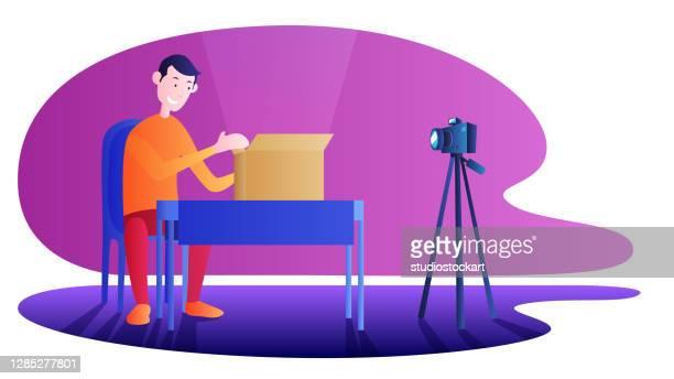 illustrazioni stock, clip art, cartoni animati e icone di tendenza di unboxing acquisto registrazione video per internet - temi per la fotografia