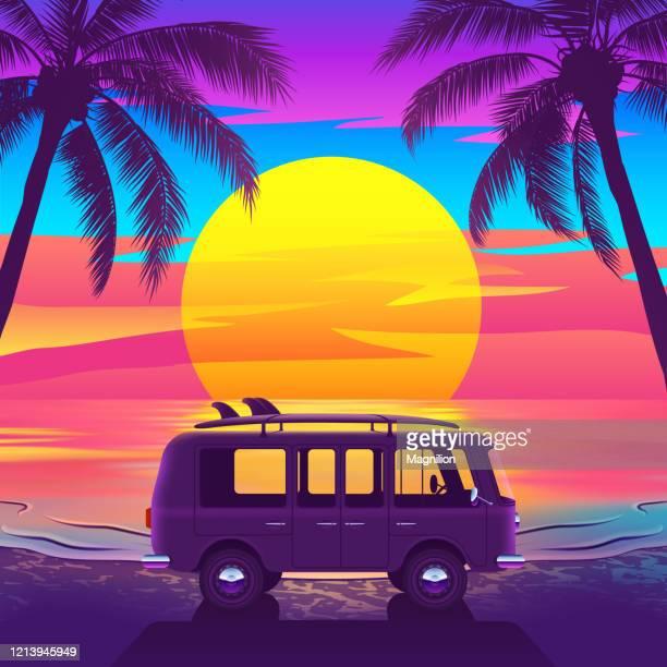 ilustraciones, imágenes clip art, dibujos animados e iconos de stock de van con tabla de surf en hermosa playa tropical con palmeras y puesta de sol - puesta de sol