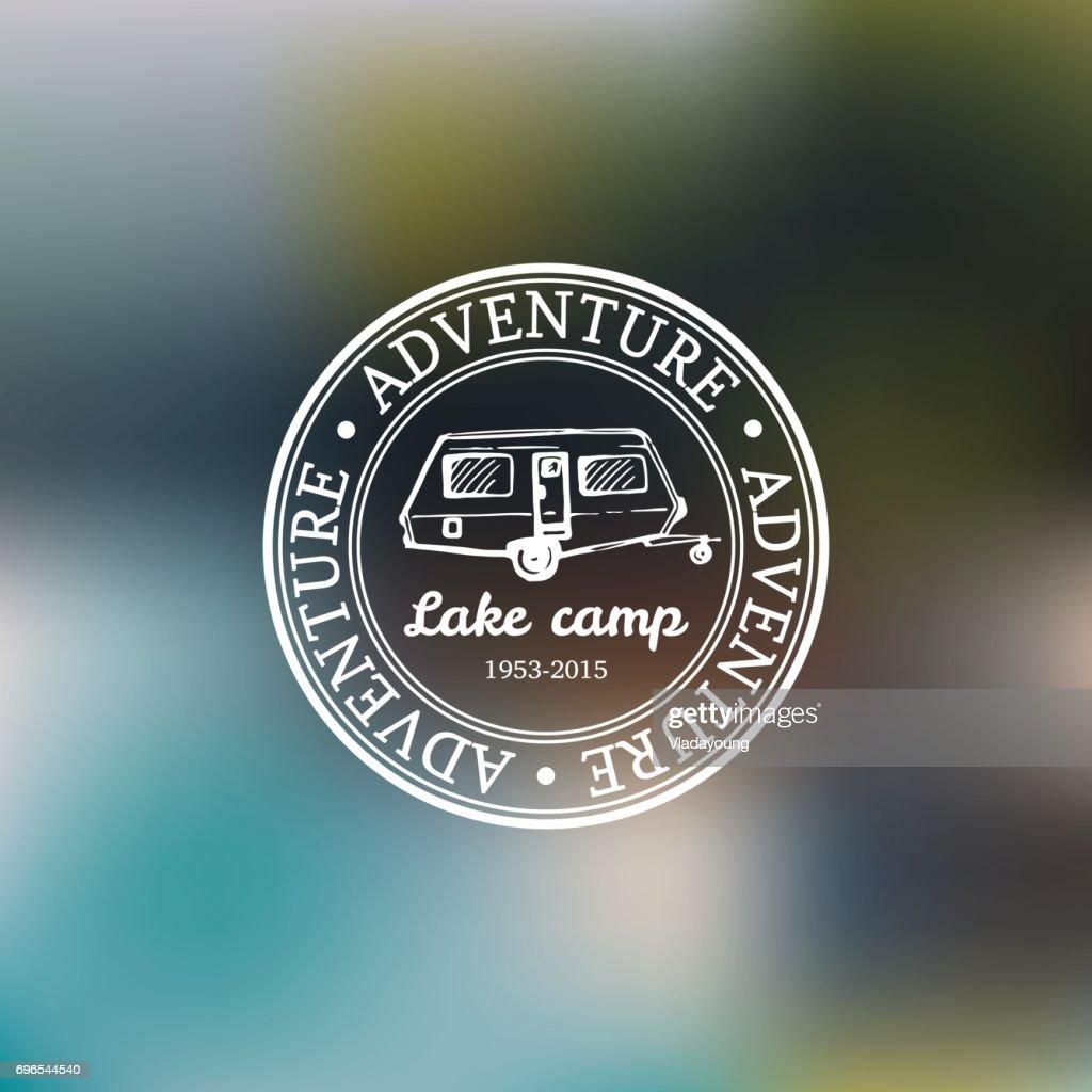 Vector Vintage Camping Emblem Mit Anhanger Skizzieren Hand