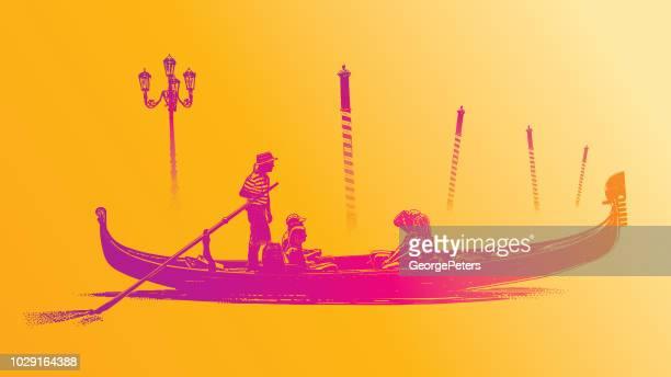 Polos de góndola y amarre de Venecia en la niebla