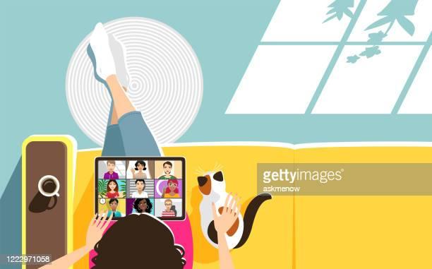 illustrazioni stock, clip art, cartoni animati e icone di tendenza di videoconferenza a casa - video chiamata