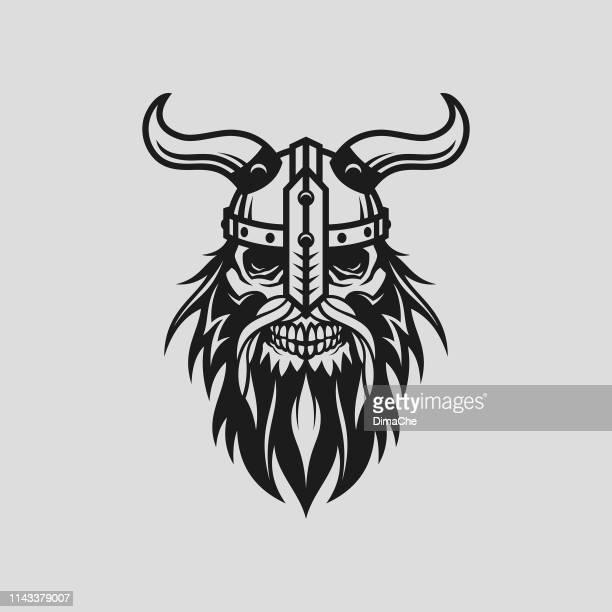 wikingerkopf-schädel in helm mit hörnern-stilisierte ausgeschnittene vektorsilhouette - wikinger stock-grafiken, -clipart, -cartoons und -symbole