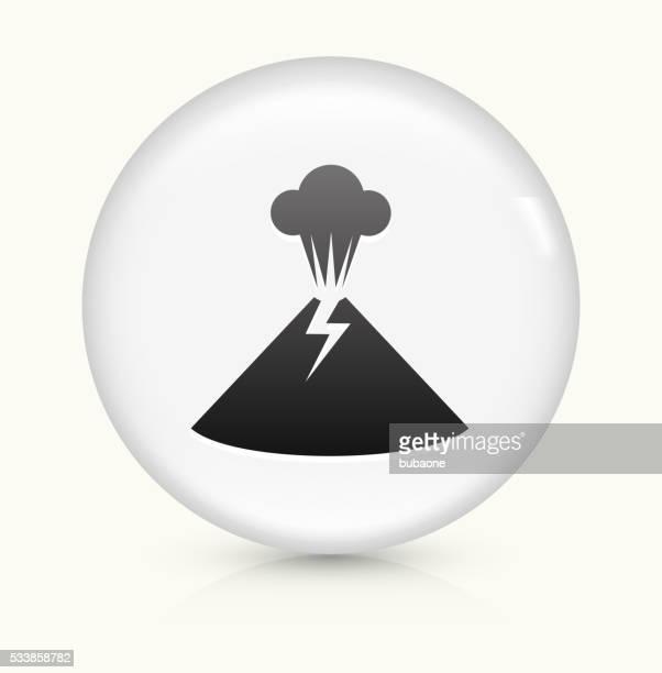 vulkan vulkanausbruch symbol auf einem weißen, runden vektor-button - lava stock-grafiken, -clipart, -cartoons und -symbole