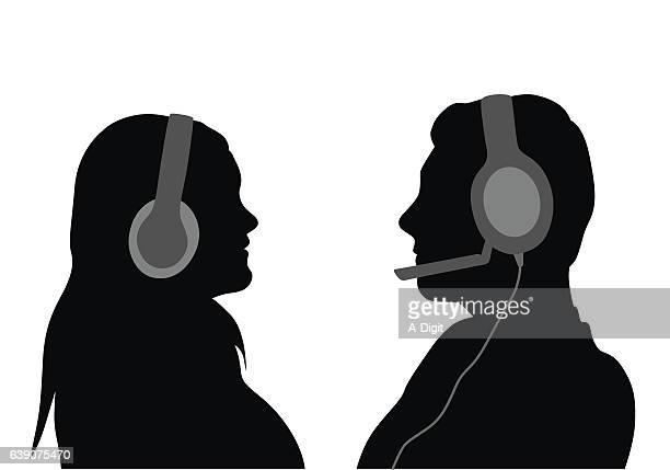 ilustraciones, imágenes clip art, dibujos animados e iconos de stock de usando auriculares - mujer escuchando musica