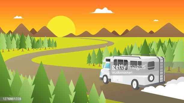 illustrations, cliparts, dessins animés et icônes de caravane blanche sur la route - camping car