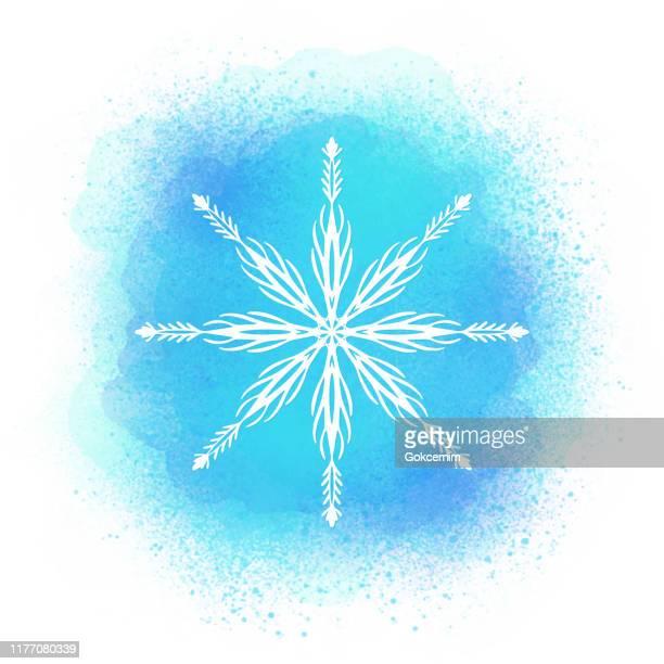weiße schneeflocke mit aquarell türkis blau farbe spritzen tröpfchen hintergrund. aquarellstriche designelement mit schneeflocke. design-element für weihnachten und neujahr grußkarten und designs. winter urlaub dekoration templete. - handcoloriert stock-grafiken, -clipart, -cartoons und -symbole