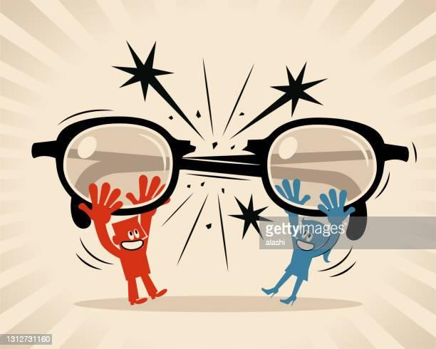 女性と男性は眼鏡を壊し、大きな眼鏡を通してお互いを見ていないことに決める(フィルター、偏見、偏見、ステレオタイプ) - バイアス点のイラスト素材/クリップアート素材/マンガ素材/アイコン素材