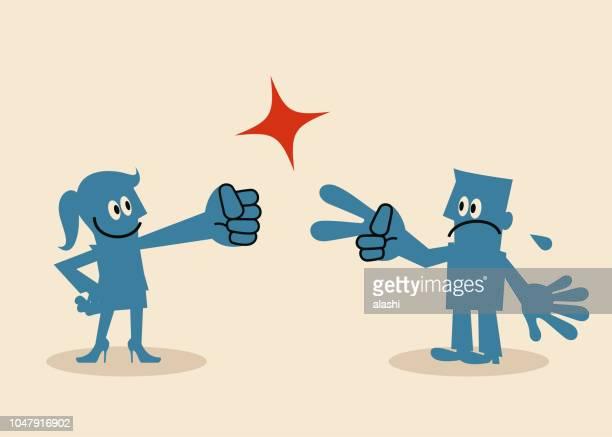Femme bat man, remporte le doigt deviner le jeu de pierre papier ciseaux