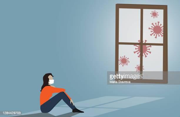 窓の近くに悲しそうに座っている女性の姿。ビジネスにおけるコロナウイルスの影響、経済不況、居心地の良い19パンデミック概念。 - パンデミック点のイラスト素材/クリップアート素材/マンガ素材/アイコン素材
