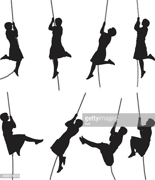 Frau silhouette schwingen auf einem Seil