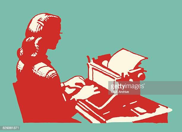 Femme avec machine à écrire au bureau