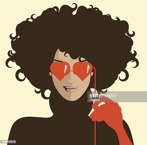 ilustrações de stock, clip art, desenhos animados e ícones de mulher com óculos de sol em forma de coração. - cabelo cacheado