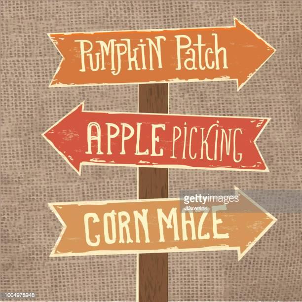 Holzschild post mit Pfeilen Pumpkin Patch, Apfel pflücken und Maislabyrinth