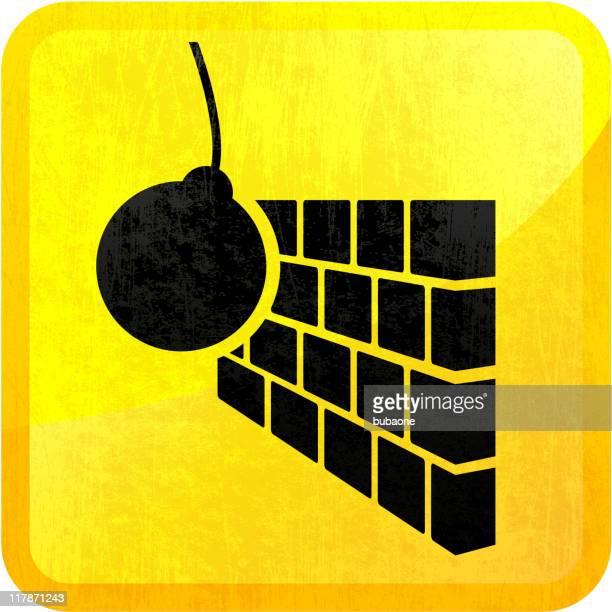 Abrißbirne überwältigenden auf Ziegelmauer auf gelbem Hintergrund
